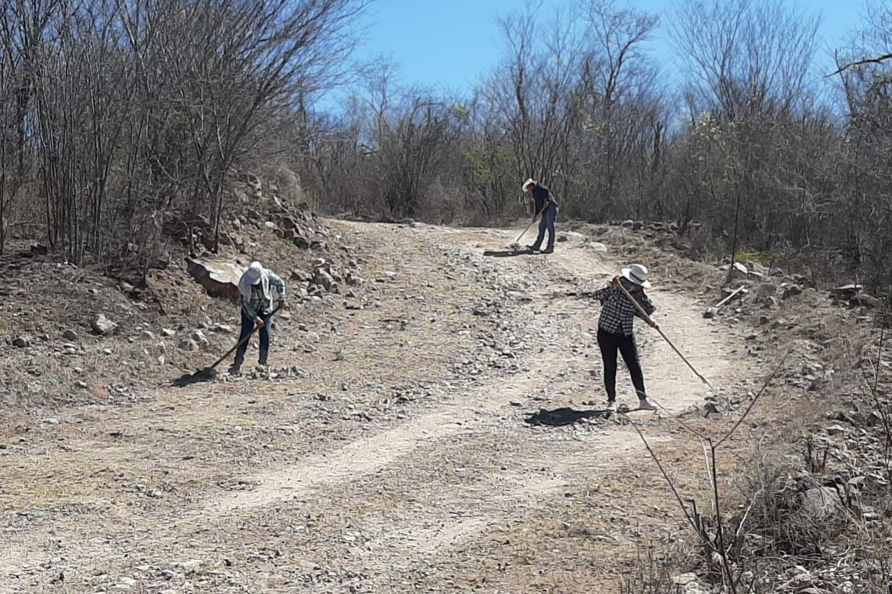 Community members hired to repair roads and fence lines within the Monte Mojino Reserve.